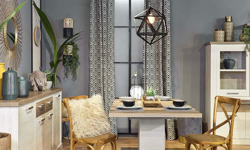 A cortina DELTA e o candeeiro LANCE em preto complementam a paleta de cores da tendência Exotic Chic
