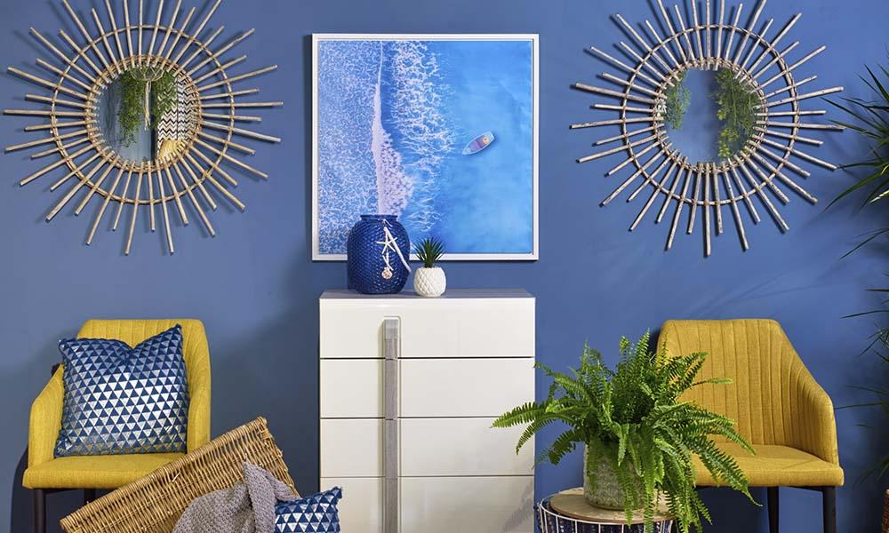 Combine o azul e branco, do estilo Seaside, com cores mostarda