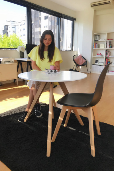 Silvia Pereira na sua mesa Conforama