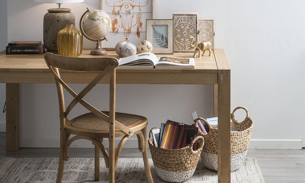 Mesa de madeira e objetos de decoração Conforama